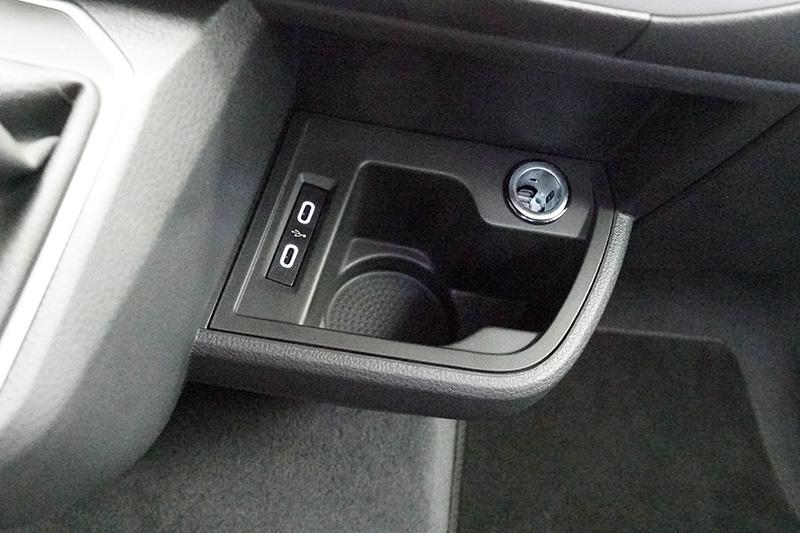 設置USB Type-C插槽,便利車主快速充電。