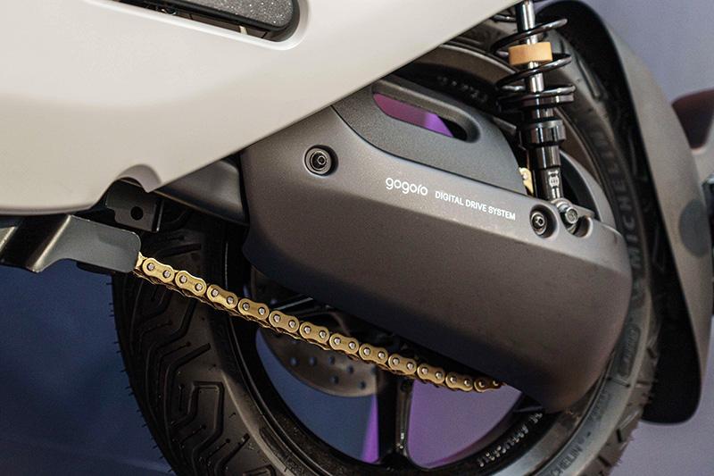 在 Gogoro S2 高階性能車款上 (Gogoro S2 與 Gogoro S2 Café Racer),搭載岳盟最高等級 AM 428EX 黃金鏈條