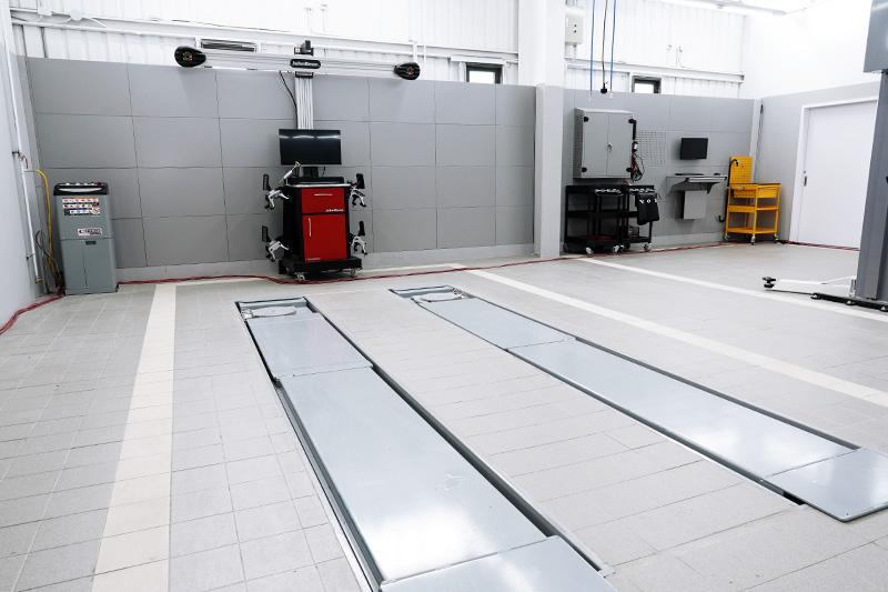 專屬全功能四輪定位工作區,斥資購入拆胎機與平衡機。