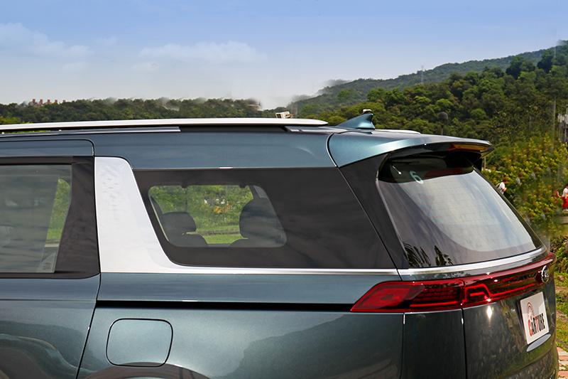 C柱鍍鉻飛翼飾板讓車長5,155mm的Carnival顯得輕盈且有質感。