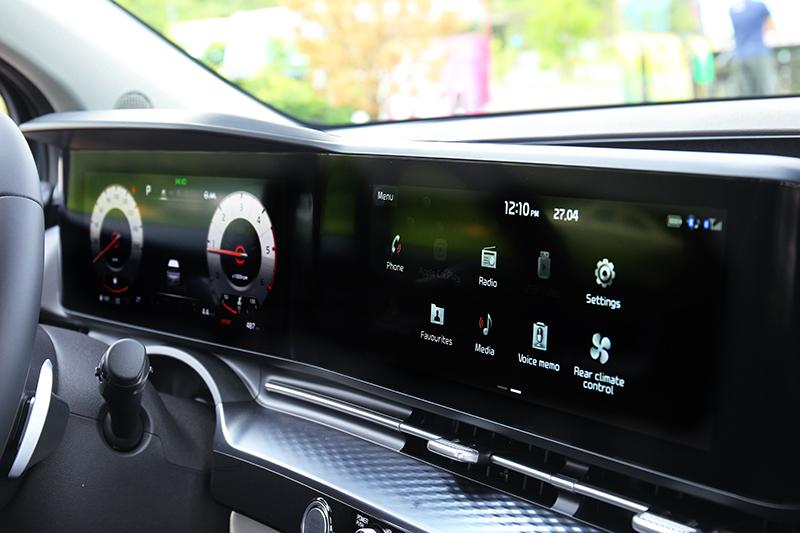 一體式雙12.3吋數位儀表與中控螢幕讓座艙充滿科技感。