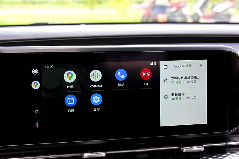 中控螢幕整合多項功能。