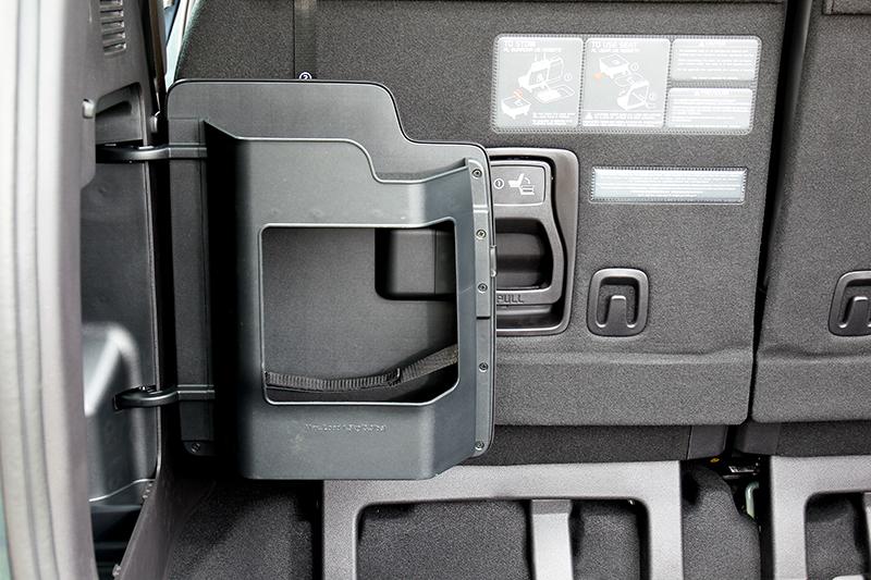 行李廂配有小型置物收納規畫。