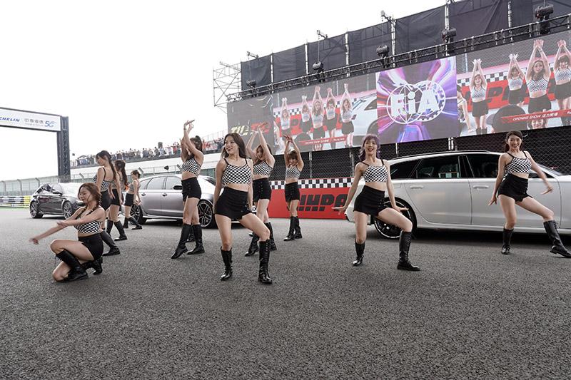 藝人姚元浩所組成之賽車女孩團體「浩星女孩」開場表演。