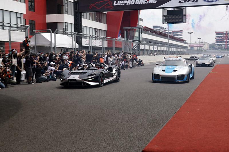 記者會最後集結250輛卡丁車、各式汽、機車進行大遊行,其中在超跑車隊中,領頭的是極為稀有的McLaren Elva〈左〉與Porsche 935〈右〉。