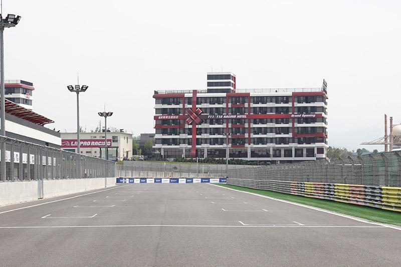 就見在賽道旁的T11、T12賽車主題旅店也同步正式開幕。