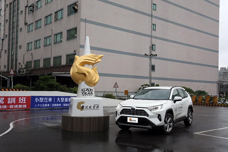 2021最佳進口中型SUV:Toyota RAV4。
