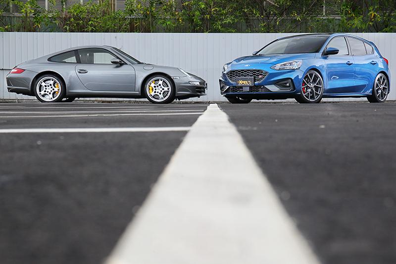 左邊是貼 LUX PLUS 的 911,右邊是貼 LUX MAX 的 Focus ST,肉眼看其實都超亮!