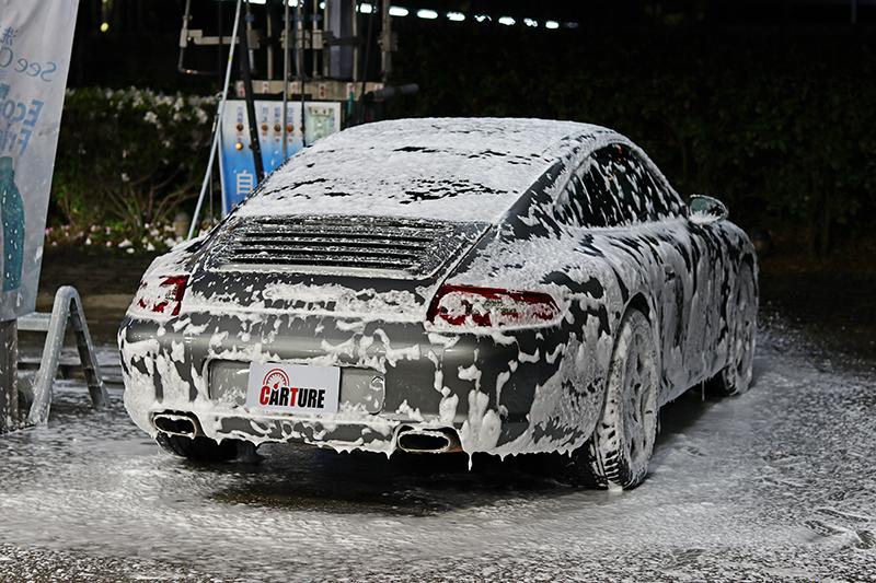 貼上 LUX PLUS 兩年左右這輛 911 完全只有自助泡沫洗車而已,不僅膜面未見變黃,柏油等髒污更幾乎全無附著。
