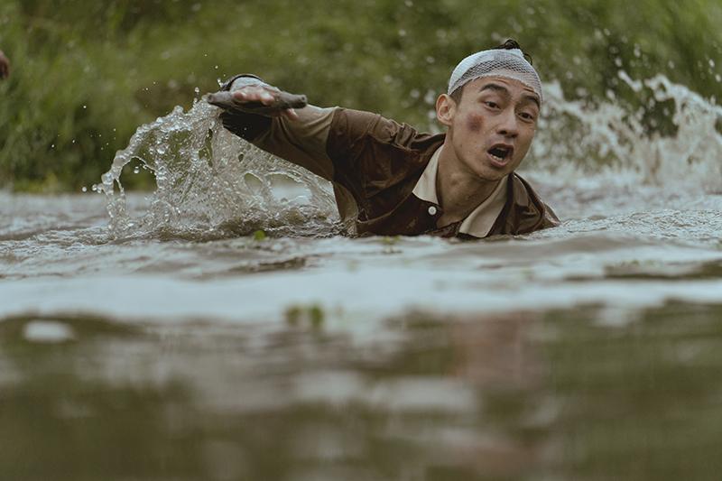 【車勢星聞】《池塘怪談》林鶴軒為跳池塘、撞車,直呼「錢難賺!」。(圖:金盞花大影業提供)