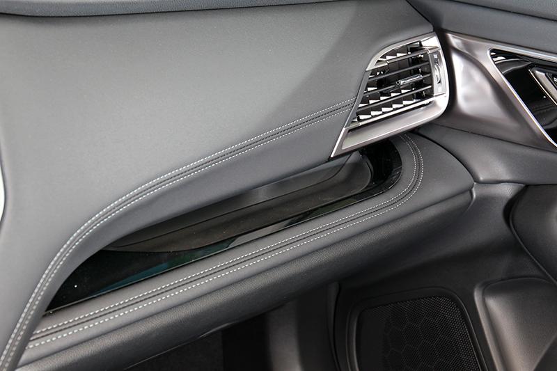 副駕駛座規劃簡易置物空間。