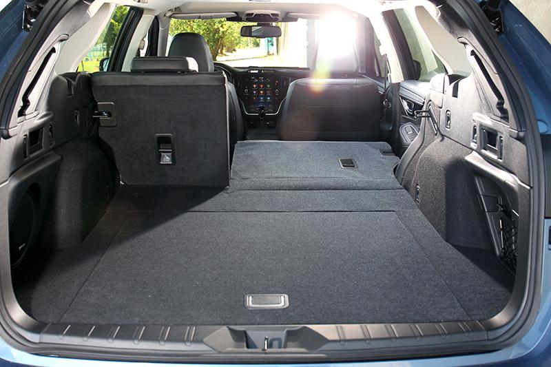 行李廂尺寸寬度也比以往有明顯加大,容積於正常情況擁有561公升。