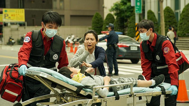【車勢星聞】徐麗雯(中)飾演的刁民媽媽引起觀眾熱議。(圖:公共電視、myVideo提供)