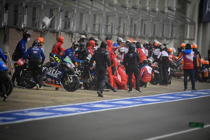 開賽四圈就因下雨而需進站換車,Miller因超速被判罰兩次長圈,Quartararo則因烏龍跑到Vinales棚也被判罰長圈。