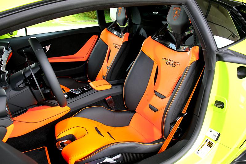 包覆性絕佳的跑車座椅,連前後調整與坐墊高度調整的拉柄造型都經過精心設計。