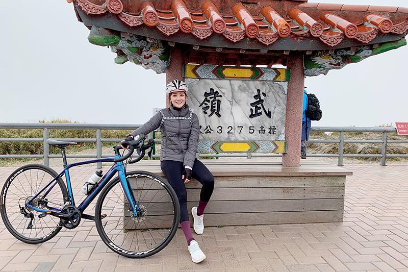 【車勢星聞】林逸欣接受《愛玩客》挑戰,騎單車5小時登武嶺。(圖:旋轉娛樂提供)