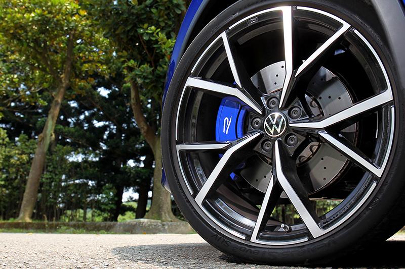 21吋超大輪圈搭配專屬藍色卡鉗,視覺感受上頗為搶眼!