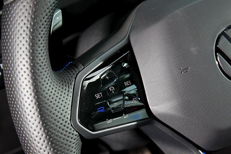 方向盤左側多了一組微微透著藍光的R字按鈕,按下後隨即切換為賽車模式