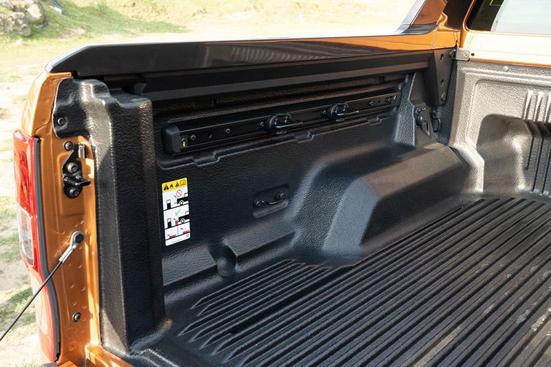 21年式Ford Ranger運動型新增Cargo Management 套件,可提升裝載的靈活空間變化外,同時保留彈性應用的繩索勾軌道槽設計。