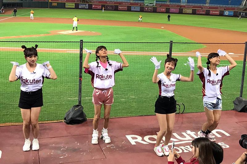 【車勢星聞】《綜藝新時代》中浩角翔起為了體驗啦啦隊,穿起了樂天女孩Rakuten Girls啦啦隊服。(圖:民視提供)
