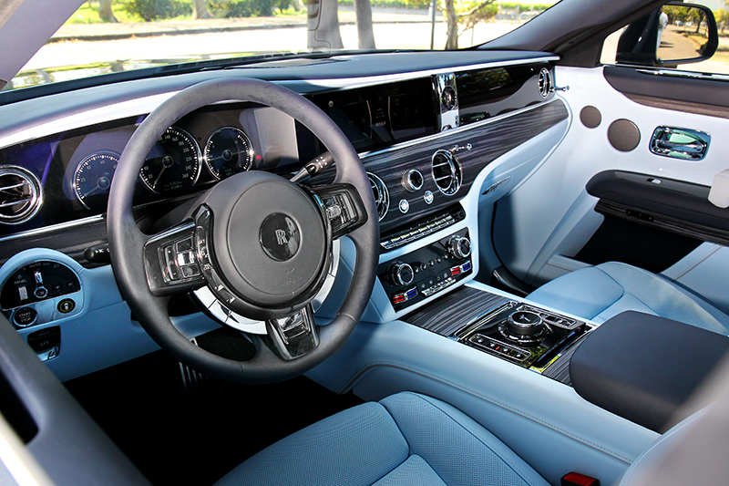 新Ghost座艙換上新格局,但吸引眼球的是粉鋼藍內裝配色。
