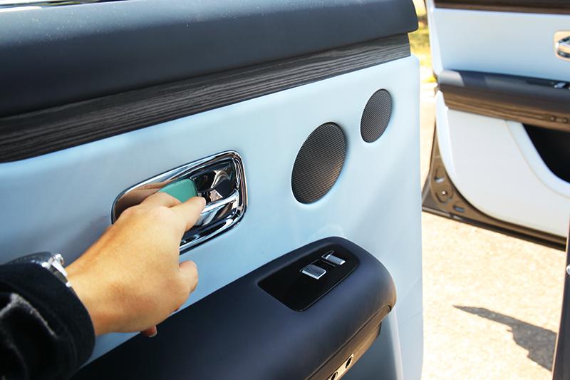 為顧及安全後車門配有電動輔助,手若鬆開即會停止車門開啟。