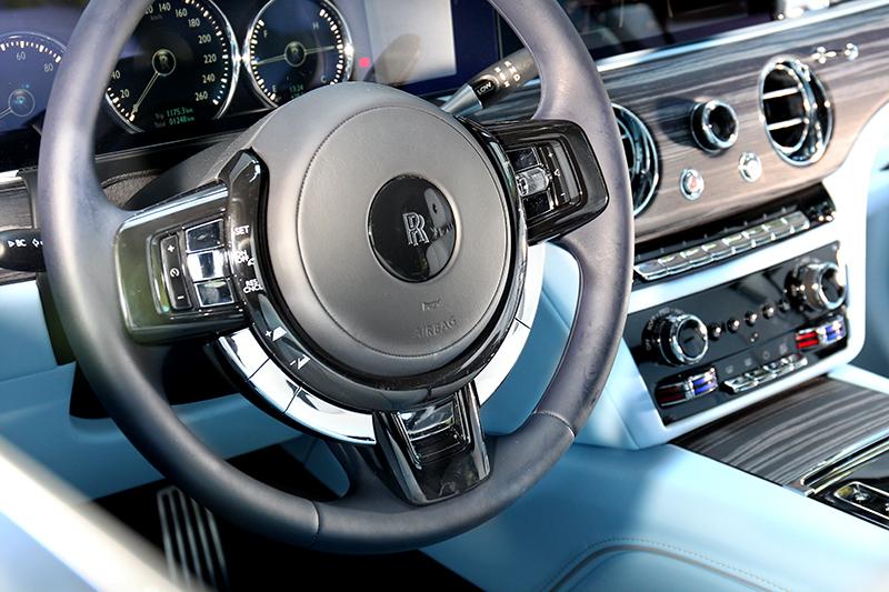 方向盤結合科技與復古設計。