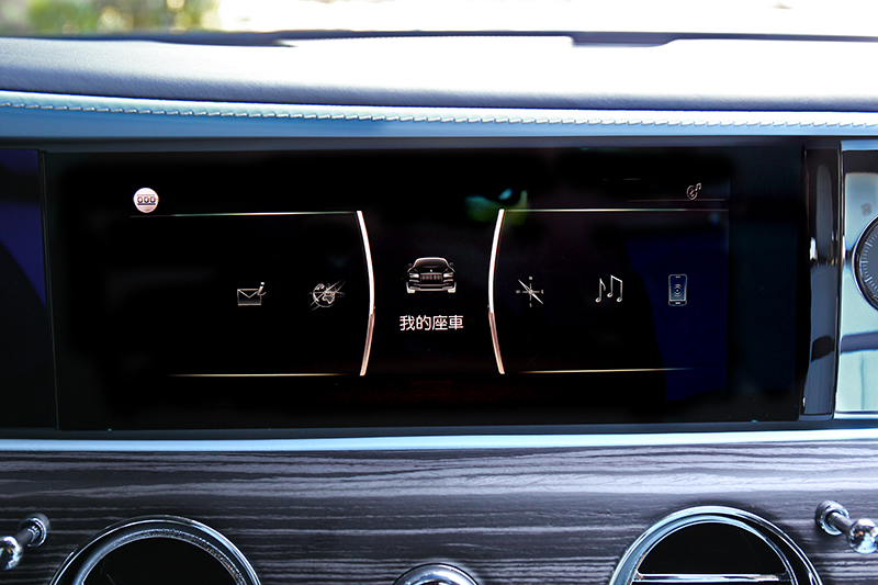 多媒體中控螢幕提供多項功能。