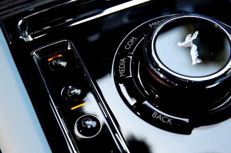 控制旋鈕用於操作中控,一旁按鈕則升降車高。
