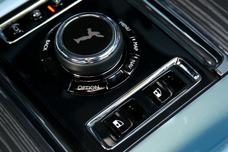 因採對開式車門因此中控旋鈕旁提供電動關門按鍵。
