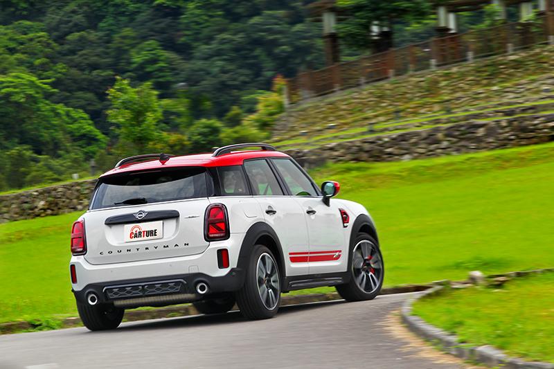 雖為休旅車但受惠於跑車化懸吊與ALL4四輪驅動,Mini JCW Countryman ALL4在山路竟有著令人欲罷不能的樂趣。