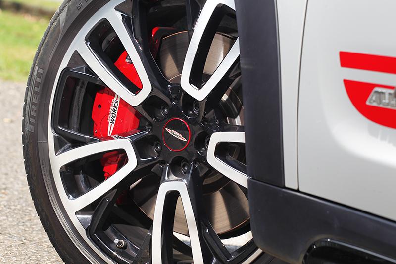 19吋輪圈搭配JCW四活塞卡鉗,擁有出色抓地力與制動表現。