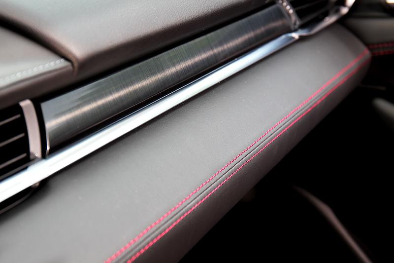 即便看似單色處理,中控台依舊以爍黑髮絲紋飾板以及紅色縫線營造雅緻細節,藉以突顯傲人質感。