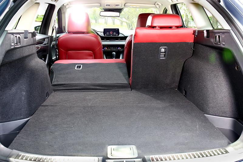 一如掀背車,旅行車型MAZDA6 Wagon不僅透過上掀尾門設計創造寬闊取置物開口,同時更利用寬裕軸距帶來極其優異行李廂容積。