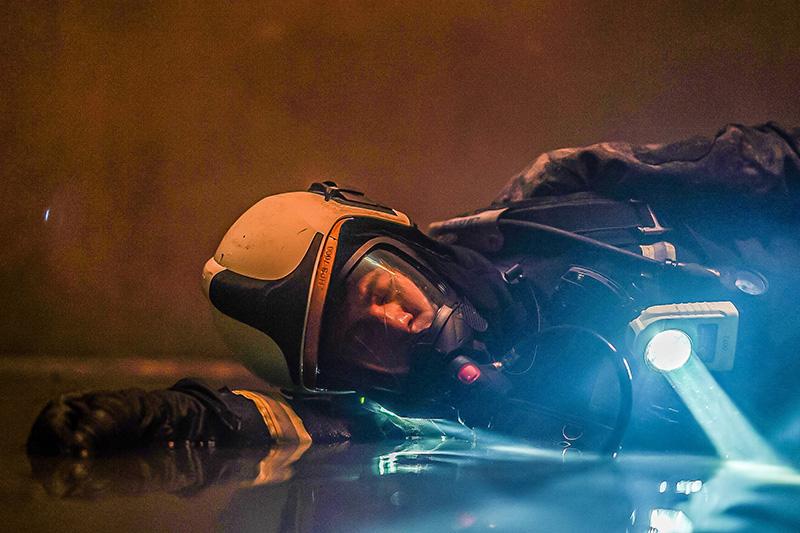 【車勢星聞】《火神的眼淚》林柏宏PTSD看到幻覺跌落貨梯,背20公斤裝備吊鋼絲。(圖:公共電視、myVideo提供)