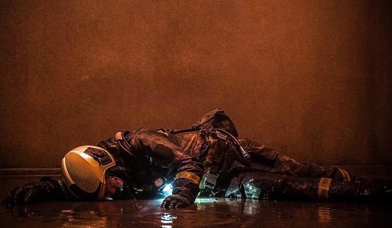 【車勢星聞】《火神的眼淚》林柏宏事前有為摔落電梯井進行動作訓練。(圖:公共電視、myVideo提供)
