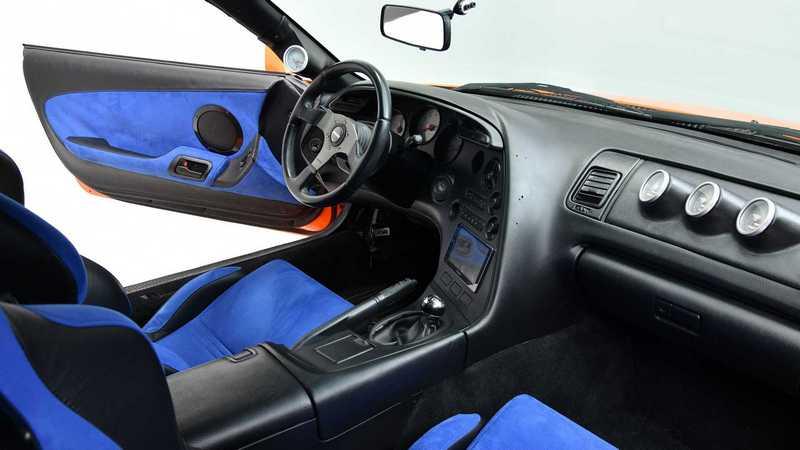 座艙維持也相當良好,變速系統也不是劇中手排而是四速自排。