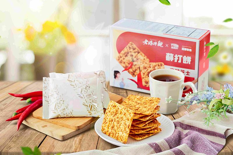 老媽家攜手福義軒跨界推出「麻辣芝士蘇打餅」。(圖:品牌提供)