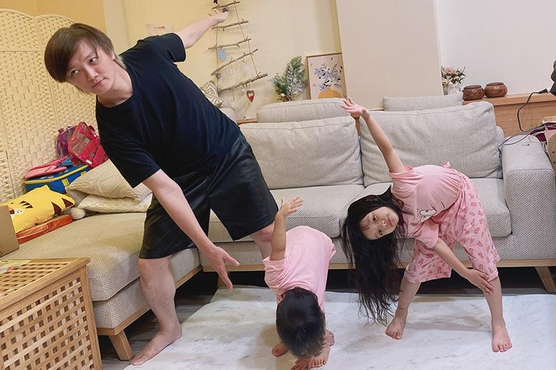 【車勢星聞】F.I.R.飛兒樂團阿沁的兩個女兒因停課在家遠距線上學習,身為爸媽要一人分飾多角。(圖:華研國際提供)