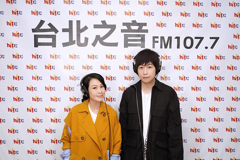 【車勢星聞】劉若英(左)邀請五月天阿信上電台節目用聲音陪伴聽眾。(圖:Hit Fm聯播網提供)