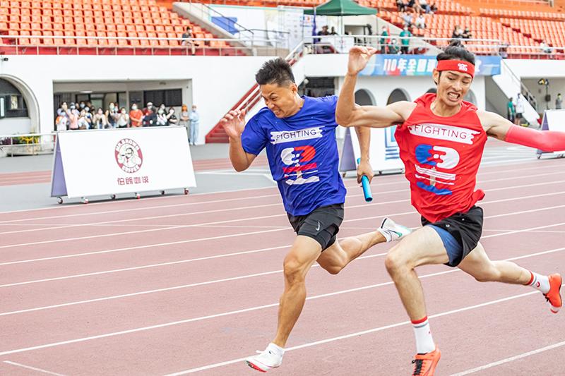 【車勢星聞】《全明星運動會》「4×100公尺接力」男子組的部分最後紅隊曹佑寧展現驚人加速逆轉勝。(圖:台視提供)