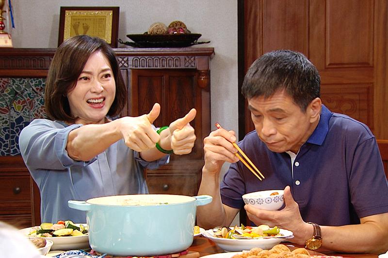 【車勢星聞】《三隻小豬的逆襲》劉瑞琪(左)在外工作吃苦、被欺負,回家依然笑臉迎人報喜不報憂。(圖:三立提供)