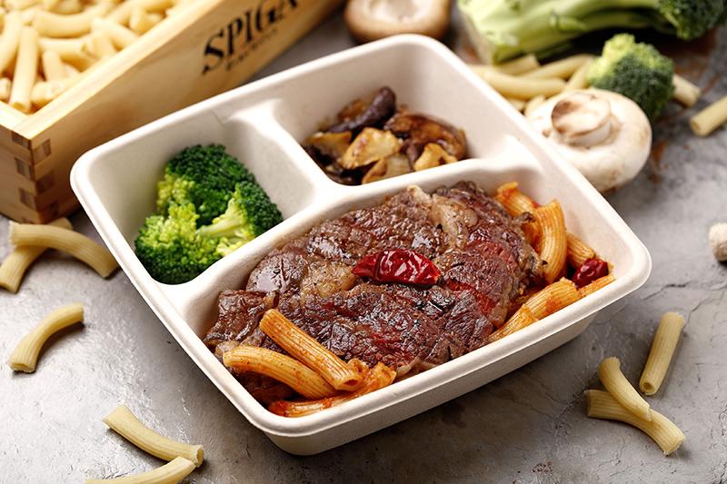 石壁家-香辣肋眼牛排番茄筆管麵。(圖:品牌提供)