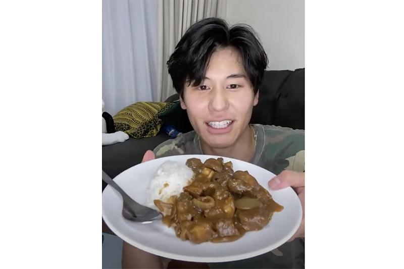 【車勢星聞】風田直播甜餵女友吃咖哩,粉絲敲碗看兩人合體。(圖:TVBS提供)
