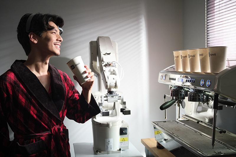 【車勢星聞】《大債時代》林柏宏飾演楊大器一心想開發出AI咖啡機。(圖:華視提供)