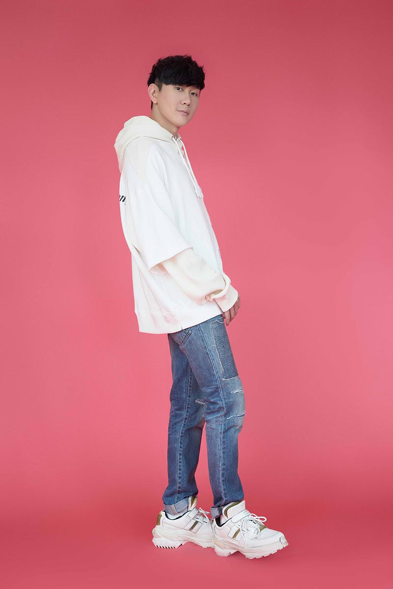 【車勢星聞】歌手林俊傑重新製作手牽手抗疫歌曲照片。(圖:台視提供)