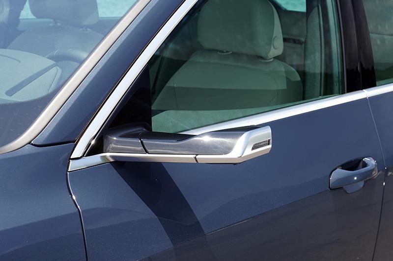 本次試駕的e-tron Sportback 55 quattro S line配有全數位虛擬後視鏡(AudiVirtual Exterior Mirror),所以在兩側沒有傳統的後視鏡,而是由兩具攝影機所取代,飛翼式設計也可有效降低風阻。