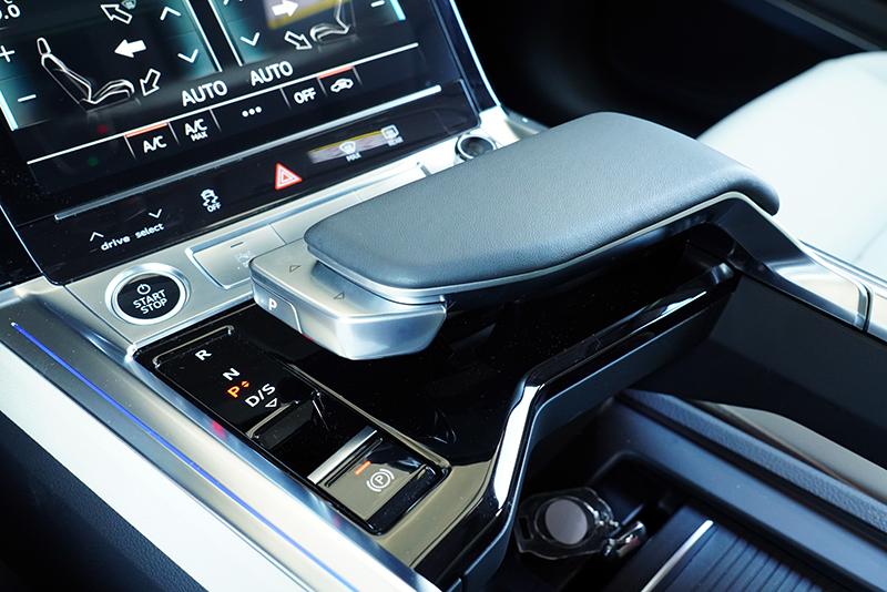 e-tron Sportback 55 quattro S line的換檔方式是撥動排檔頭前的換檔鈕,使用上相當便利。