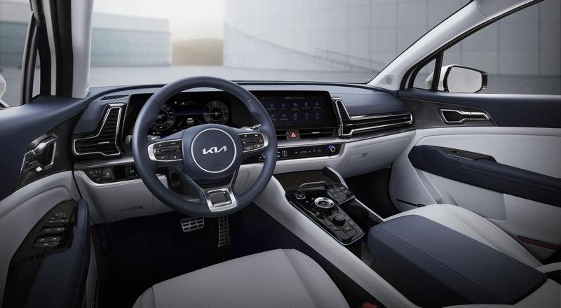 座艙配置曲面螢幕,空調造型也頗具巧思設計,排檔旋鈕採與EV6相同的設計。