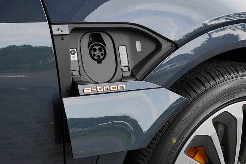e-tron Sportback 55 quattro S line具備交流電與直流電充電孔,右側為用於交流電充電。